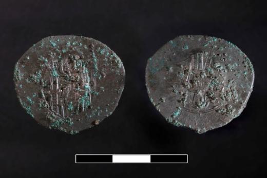 Egy XII. századi bizánci rézpénz  (fotó:haon.hu)