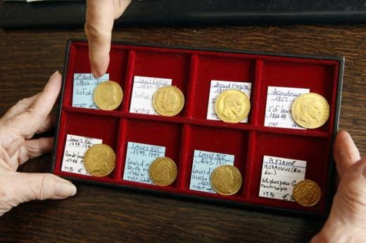 Különböző aranyérmék a leletből