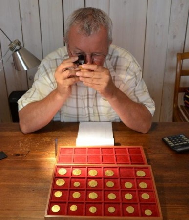 Marc Aigouy numizmatikus az érmékkel