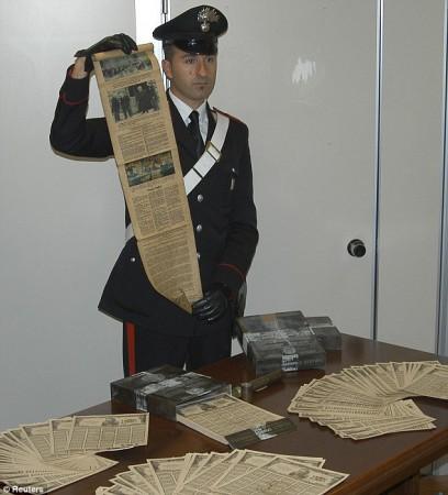 Az olasz csendőrség mutatja a hamis kötvényeket