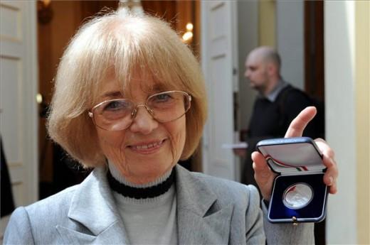 Radnóti Zsuzsanna, Örkény István özvegye mutatja az elsőként átvett emlékérmét (MTI Fotó: Kovács Attila)
