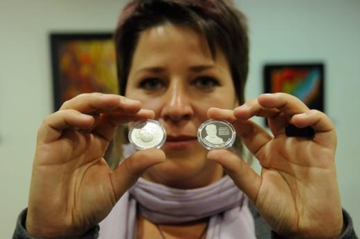Vékony Fanni tervezõ bemutatja a Szent-Györgyi Albert Nobel-díjának 75. évfordulója alkalmából kibocsátott ezüst emlékérmét