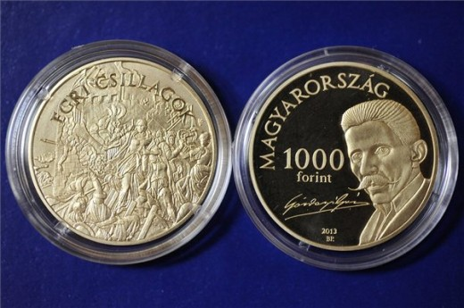 A Gárdonyi Géza születésének 150. évfordulója alkalmából kiadott emlékérem Gárdonyban, a Velencei-tavi Galériában 2013. augusztus 3-án. MTI Fotó: Soós Lajos